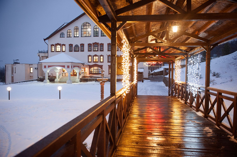 Территория отеля «Царьград» зимой